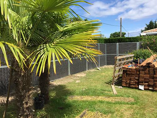 Une clôture anti bruit habillée de bois pour protéger le jardin