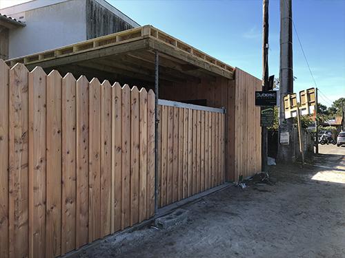 Une clôture anti bruit en parfaite harmonie avec son environnement boisé et maritime