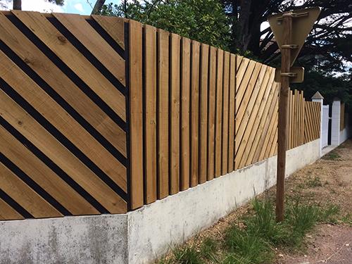 Un bardage bois original devant une clôture anti bruit efficace
